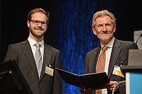 Prof. Dr. rer. nat. Rudolf Stauber überreicht den VDI-Nachwuchspreis Kunststofftechnik 2015 an Jakob Onken | Bild: VDI Wissensforum GmbH/Foto Vogt GmbH