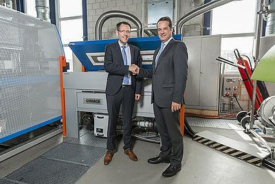 Jens Möckel (li), Geschäftsführer der Gerlach Maschinenbau GmbH, und Prof. Dr.-Ing. Christian Hopmann, IKV-Institutsleiter im Extrusionstechnikum des IKV