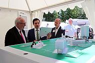 Der Bundestagsabgeordnete Rudolf Henke beim Besuch der Aussteller aus der Region Aachen, hier des Instituts für Kunststoffverarbeitung an der RWTH Aachen