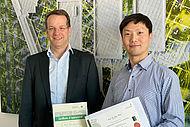 Prof. Dr.-Ing. Christian Hopmann bedankt sich bei Prof. Dr. Jian Wang für die hervorragende Zusammenarbeit in den vergangenen zwei Jahren.