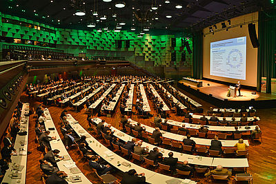 """Publikum beim Plenarvortrag """"Digitalisierung von Material und Fertigung"""" von Dr. Heinz Neubert"""