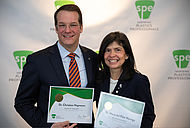Prof. Dr.-Ing. Christian Hopmann und Dr. Maria del Pilar Noriega, Ph.D. bei der Preisverleihung in Detroit