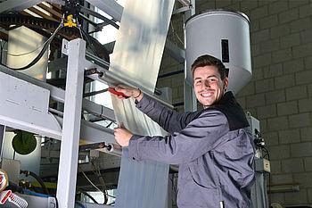 Studentische Hilfskräfte arbeiten in den modernen IKV-Technika