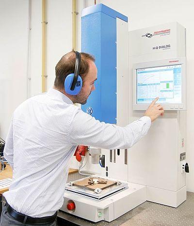 Neue Anlagentechnik im Schweißlabor - Ultraschallschweißanlage von Herrmann Ultraschalltechnik GmbH & Co.KG
