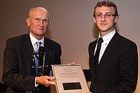 Stifter Dr.-Ing. Peter Ehrentraut verleiht den Studienpreis Faserverstärkte Kunststoffe an Nicolai Lammert