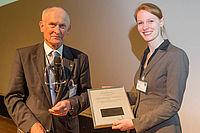 Stifter Dr.-Ing. Peter Ehrentraut verleiht den Studienpreis Faserverstärkte Kunststoffe an Regina Riedel