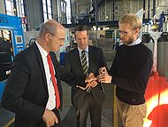 Rektor Rüdiger beim Besuch des Extrusionstechnikums des IKV