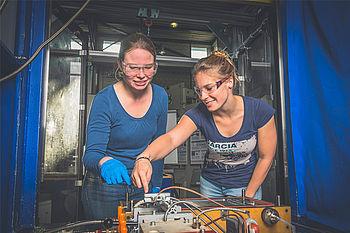 Studierende erhalten während Ihrer Arbeit am Institut eine umfassende Betreuung durch einen wissenschaftlichen Mitarbeiter