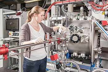 Forschungsreaktor für die großflächige Abscheidung von Funktionsschichten auf Kunststoffen im SFB-TR 87