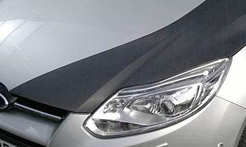 Automobil mit Motorhaube aus CFK (kohlefaserverstärkter Kunststoff)
