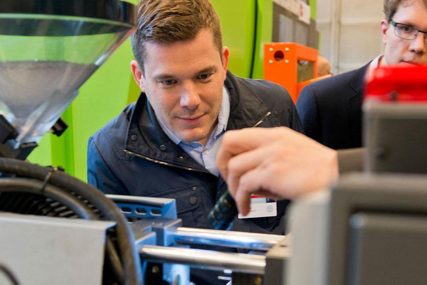 Fachtagungsteilnehmer besichtigen das Spritzgießtechnikum des IKV