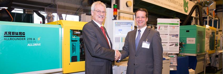 Prof. Hopmann mit Eberhard Duffner (Arburg) während des Internationalen Kolloquiums Kunststofftechnik im Technikum Spritzgießen