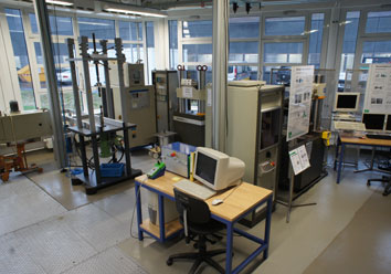 Mechanical testing lab with equipment for dynamic testing of plastics