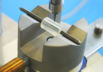 Self-centring part holder for hardness testing of plastic tubing