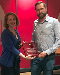 Preisträger Martin Facklam und Sophie Morneau (Branson Ultrasonics, Global Director of Strategic Accounts) bei der Preisverleihung des ANTEC Best Paper Awards durch den Sponsor Emerson