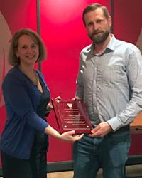 Preisträger Martin Facklam und Sophie Morneau (Branson Ultrasonics, Global Director of Strategic Accounts) bei der Preisverleihung des ANTEC Best Paper Awards durch den Sponsor Emerson