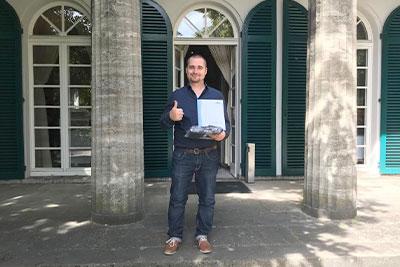 Werkstoffprüfer Jan Buir mit seinem Abschlusszeugnis